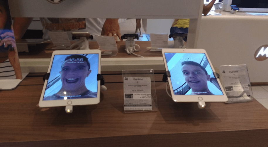 kid puts face all over apple store2