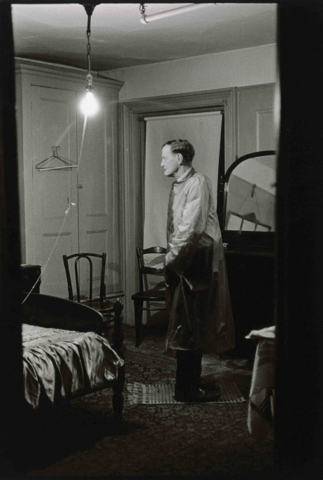 Diane Arbus. The Backwards Man in his hotel room, N.Y.C. 1961. © The Estate of Diane Arbus, LLC. All Rights Reserved
