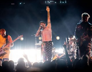 Anthony Kiedis Goes Shirtless at Grammys One Week After Adam Levine, Nobody Bats An Eye